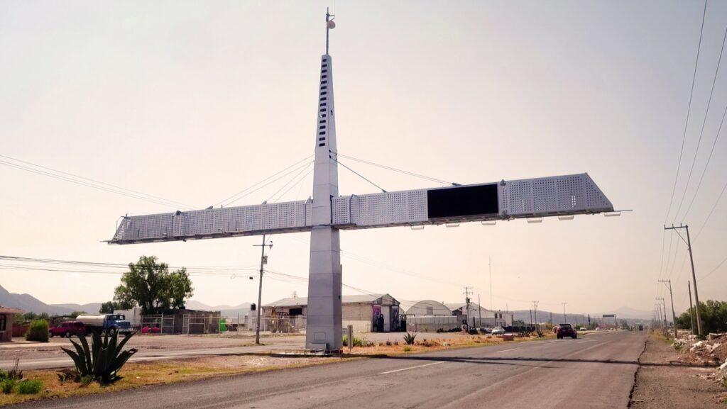 Arcos carreteros instalados en puntos estratégicos del país.